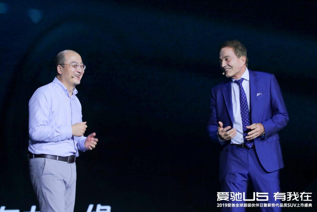 爱驰汽车联合创始人兼总裁付强(左)与爱驰汽车首席产品官Roland Gumpert(右)对话
